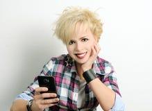 Flicka med smartphone Royaltyfri Fotografi