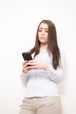 Flicka med smartphone Arkivfoton