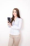 Flicka med smartphone Royaltyfri Bild