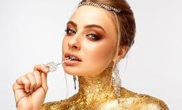 Flicka med smink Flicka med dyra smycken Arkivfoto
