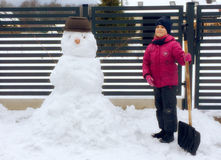 Flicka med snowmanen Royaltyfri Foto