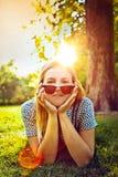 Flicka med solglasögon arkivbilder