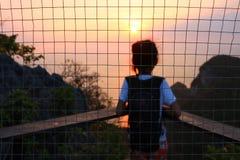 Flicka med solnedgång på berget Royaltyfria Foton