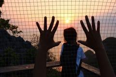 Flicka med solnedgång på berget Royaltyfri Foto