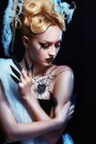 Flicka med spindeln på rengöringsduk Royaltyfria Bilder