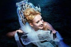 Flicka med spindeln på rengöringsduk Royaltyfri Fotografi