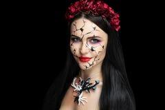 Flicka med sprickor i hennes framsida fotografering för bildbyråer