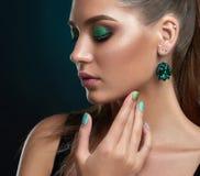 Flicka med stängda ögon, långa ögonfrans och makeup i gröna färger arkivbild