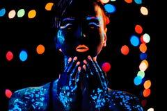 Flicka med ståenden för neonmålarfärgbodyart Royaltyfri Bild