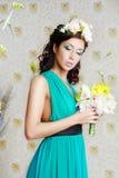 Flicka med stilfull makeup och blommor fotografering för bildbyråer