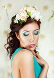 Flicka med stilfull makeup och blommor royaltyfri fotografi