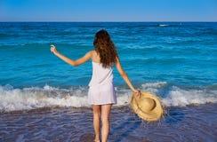 Flicka med strandhatten i havet i sommar royaltyfria bilder