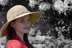 Flicka med sugrörhatten arkivbild