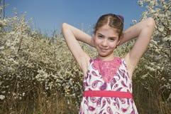 Flicka med sunbath för vita blommor Arkivfoto