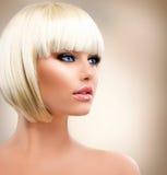 Flicka med sunt kort hår Arkivfoton