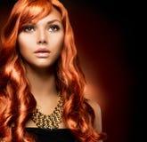 Flicka med sunt långt rött hår royaltyfria bilder