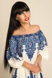 Flicka med svart långt hår i en lång klänning med modeller som poserar Royaltyfria Foton