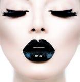 Flicka med svart makeup Arkivfoto