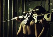Flicka med svdprickskyttgeväret Arkivbild