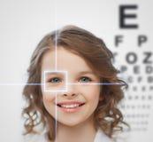 Flicka med synförmågaprovningsbrädet royaltyfria bilder