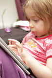 Flicka med tableten Arkivfoton