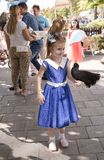 Flicka med tama fåglar Närliggande finns det deltagare av en attr arkivfoto