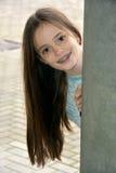 Flicka med tand- hänglsen royaltyfria bilder