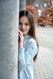Flicka med tand- hänglsen royaltyfri bild