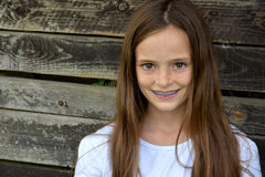 Flicka med tand- hänglsen Fotografering för Bildbyråer