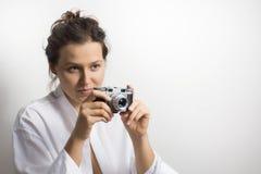 Flicka med tappningkameran fotografering för bildbyråer