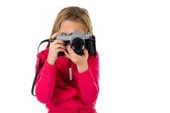 Flicka med tappningkameran som isoleras på vit Royaltyfri Foto