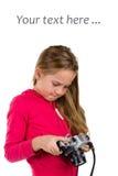 Flicka med tappningkameran som isoleras på vit Royaltyfri Fotografi