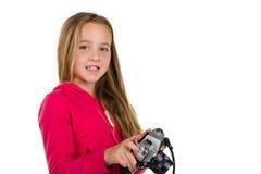 Flicka med tappningkameran som isoleras på vit Arkivfoton