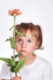 Flicka med tecken för atopic dermatit på hud av kinder Arkivbild