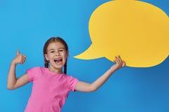 Flicka med tecknad filmanförande arkivfoton