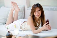 Flicka med telefonen Arkivbild