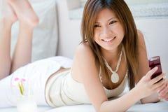 Flicka med telefonen Royaltyfri Fotografi