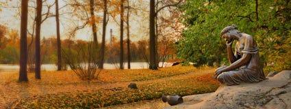 Flicka med tillbringaren i den Catherine trädgården, Pushkin Royaltyfri Bild
