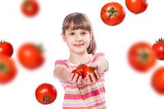 Flicka med tomaten Fotografering för Bildbyråer