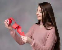 Flicka med tombolabiljetten fotografering för bildbyråer