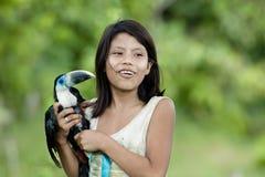Flicka med toucan turkos (Amazonia) Arkivfoton