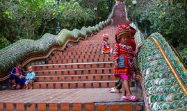 Flicka med traditionell kläder på Doi Suthep royaltyfri foto