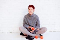 Flicka med tre mandariner Royaltyfria Bilder