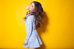 Flicka med tuggummi som poserar i studion royaltyfri fotografi