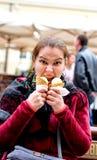 Flicka med två portioner av glass arkivbild