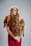 flicka med udde för rävpäls på skuldrorna och det långa lockiga Het Royaltyfri Fotografi