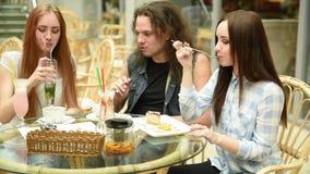 Flicka med vänner i ett kafé stock video
