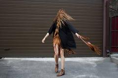 Flicka med vått rött hår arkivfoton