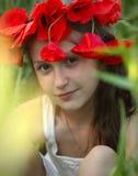 Flicka med vallmo Arkivbild