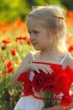 Flicka med vallmo Royaltyfri Foto